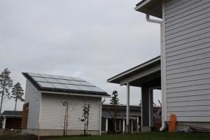 Rivitaloyhtiössä on talojen yhteinen maalämpöjärjestelmä, sekä aurinkokeräimet.