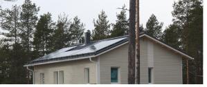 Lämpökatto on peltikatteeseen integroitu aurinkokeräin ja näkyvät paneelit ovat aurinkosähköpaneeleja.